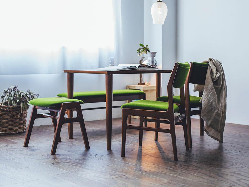 肌触りのよいモケット張地と使い勝手のいいベンチのセット。